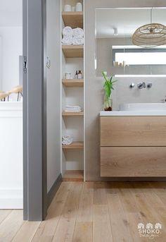 HOGAR NORDICO CON MUCHA MADERA PARA INSPIRARSE Bathroom Design Small, Bathroom Interior Design, Bathroom Renos, White Bathroom, Recessed Shelves, Interior Balcony, Bathroom Inspiration, House Styles, Home