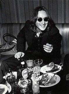 John Lennon - the only Beatle not to turn vegetarian. Les Beatles, John Lennon Beatles, Jhon Lennon, Beatles Art, Beatles Photos, Liverpool, Imagine John Lennon, Yoko Ono, The Fab Four
