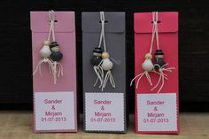 huwelijksbedankje gelukspoppetjes langwerpig doosje met namen bruidspaar