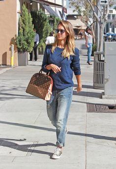 Estilo de Jessica Alba  Jessica Alba una mujer más deseada y sexy según muchísimas revistas del mundo. Ella combina con mucha facilidad los zapatos clásicos de salón con vaqueros anchos y chaquetas de estilo deportivo. Muchas veces complementa la imagen con cárdigan largo, abrigos  de corte recto y tops oversize. #moda #estilo #tendencias #ootd #outfitoftheday #lookoftheday #fashion #style #trendy  #lookbook #outfit #clothes #streetstyle #streetwear