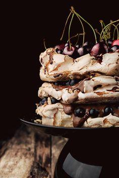 pavlova z musem czekoladowym i owocami