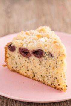 Dieser leckere Streuselkuchen wird durch Joghurt im Teig schön saftig. Das Streuselkuchen-Rezept ist schnell gemacht und passt zu allen Gelegenheiten.