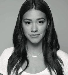 """L'héroïne de la série """"Jane The Virgin"""", Gina Rodriguez a été choisie pour incarner la nouvelle campagne Clinique."""