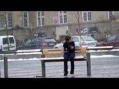 ¡Actos De Bondad! Mira La Reacción De Las personas Cuando Ven Un Niño Congelándose Al Aire Libre! - YouTube
