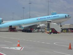 korean air cargo plane tipped back - Things You Won't See on CNN Aviation Humor, Civil Aviation, Image Avion, Aviation Accidents, Venus, Korean Air, Cargo Airlines, Mcdonnell Douglas Md 11, Jet Plane
