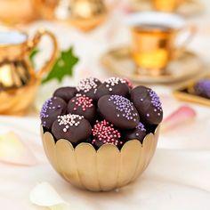 De små delikata äggen innehåller en rostad sötmandel som är inbäddad i marsipan och doppad  i choklad. Swedish Recipes, Happy Easter, Starbucks, Pudding, Sweets, Desserts, Easter Ideas, Food, Cupcake