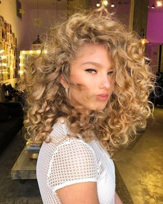 Do you like your wavy hair and do not change it for anything? But it's not always easy to put your curls in value … Need some hairstyle ideas to magnify your wavy hair? Curly Hair Cuts, Wavy Hair, Curly Hair Styles, Natural Hair Styles, Blonde Curly Hair Natural, Thin Hair, Natural Beauty, Blonde Curls, Spring Hairstyles