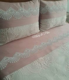 This post was discovered by Sa Crochet Quilt Pattern, Crochet Lace Edging, Crochet Borders, Crochet Pillow, Quilt Patterns, Crochet Decoration, Crochet Home Decor, Purple Bedding Sets, Bed Runner