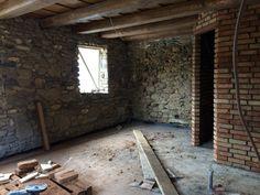 Fürdőszoba falai készen állnak az első szobában. A bontott téglából rakott falakat fehérre festjük majd. Provence, Aix En Provence