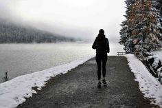 Warm up before running over winter to avoid triathlon injuries sneaking up on you in the cold. Running Injuries, Running Gear, Running Shirts, Running In Cold Weather, Winter Running, Laufen Im Winter, Wim Hof, Before Running, Run Around