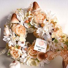 Egy igazán bájos őszi kopogtató az ajtóra. Selyemvirágok, kerámia tök és cuki őszi kiegészitők egy koszorú alapon. Jelenleg készleten lévő színvilág: pasztell rózsaszín vagy barack. Kérlek a megjegyzés rovatba írd be melyiket szeretnéd. A termék megvásárolható DIY-készítsd el otthon csomagban is, kérlek ha így szeretnéd ezt is a megjegyzés rovatba jelezd, és mi ez alapján készítjük össze a csomagot Neked. A moha koszorú átmérője: 20 cm Floral Wreath, Wreaths, Table Decorations, Home Decor, Floral Crown, Decoration Home, Door Wreaths, Room Decor, Deco Mesh Wreaths