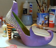 How to Make Amazing Witch Shoes For Sweets and Treets Halloween Crafts To Sell, Halloween Shoes, Creepy Halloween Decorations, Halloween Window, Halloween Kostüm, Outdoor Halloween, Halloween Projects, Diy Halloween Decorations, Halloween Pumpkins