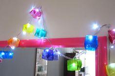 Decoração de Natal com caixas de origami decorada com luzes de natal pisca pisca de origami. Agora é só decorando a casa!