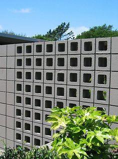 36 Ideas for screen facade architecture concrete blocks Concrete Block Walls, Cinder Block Walls, Brick Block, Fence Wall Design, Breeze Block Wall, Compound Wall Design, Diy Screen Door, Privacy Screen Outdoor, Facade Architecture