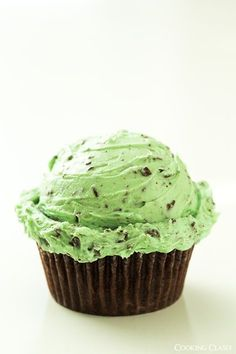#Cupcakes with Fluffy Mint Chocolate Chip Buttercream Frosting