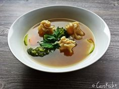 Wan-Tans mit Wasserkastanien-Garnelenfüllung in vietnamesischer Brühe // Wontons with water chestnut & prawn filling in Vietnamese broth