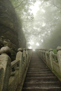 Des marches dans le brouillard. / Steps in the mist. / Wudang Shan. / Chine, China. / By Toehk.