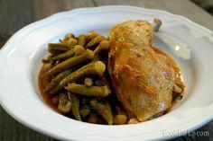 Οι μπάμιες με κοτόπουλο, μαγειρεμένες μέσα στον πεντανόστιμο ζωμό του, μας δίνουν ένα από τα πιο γευστικά πιάτα του καλοκαιριού! Είμαι σίγουρη βέβαια ότι πολλοί θα διαφωνήσουν γιατί η μπάμια είναι ένα από τα πιο παρεξηγημένα λαχανικά, με φανατικούς οπαδούς αλλά και ορκισμένους εχθρούς. Αυτούς τους δεύτερους δεν θα προσπαθήσω να τους πείσω απαριθμίζοντας τις μοναδικές ευεργετικές ιδιότητες της σε σχέση με άλλα λαχανικά, για τον απλό λόγο ότι αν κάτι δεν σου αρέσει δεν το τρως, τελεία και…