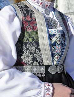 no, sølv fra sylvsmidja. Art Costume, Folk Costume, Welsh, Norwegian Clothing, Beautiful Norway, Folk Clothing, Beautiful Costumes, Bridal Crown, People Around The World