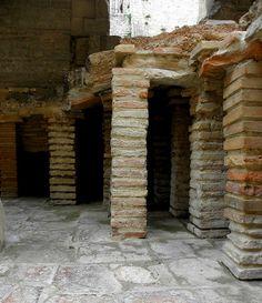 Hypocauste des Thermes de Constantin, des bains romains du IVe siècle - Arles. Provence-Alpes-Côte d'Azur