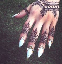 Love this henna design.