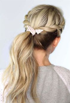 Looking for some quick school hairstyle ideas? Here are 34 easy hairstyles for school that will make mornings simpler, and still get you out the door on time. Quick and easy school day hair styles that will have your [Read the Rest] Preppy Hairstyles, Ponytail Hairstyles, Updos, Twisted Hairstyles, Easy Hairstyle, Second Day Hairstyles, Hairstyles For School, Hairstyles 2018, Fall Hairstyles