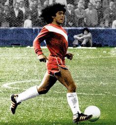 Un 20 de octubre de 1976 cambió la historia del fútbol, Maradona debutó como futbolista profesional en la primera división de Argentinos Juniors con 15 años bajo la conducción de Carlos Montes. Aquel día fue derrota 1 a 0 para el Bicho frente a Talleres de Córdoba pero una victoria para el mundo del fútbol en el estadio que lleva hoy su nombre.