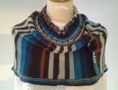 Tour de cou,chauffe épaules tricoté main en laine aux couleurs alternées de bleu, écru et rouille : Echarpe, foulard, cravate par madilaine