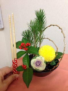 フラワーアレンジ:小さなお正月花 Japanese New Year, Chinese New Year, Ikebana, Japan Flower, Crepe Paper Flowers, New Years Decorations, New Year Card, World Of Color, Ohana
