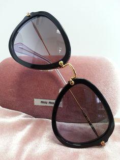 Os óculos aviador são indispensáveis em nossa coleção, por isso a Miu Miu caprichou no modelo 03Q!! Amamos ♥ Conheça o modelo... #oculos #de #sol #miumiu #luxo #modasolar #de #grife