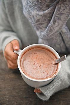 冬に欠かせない飲み物、ホットココア。とろけるような優しい甘さで、体をポカポカにしてくれます。 でも、毎日同じ味じゃつまらない!もっと美味しく楽しくココアを飲むためにも、ココアのこと、もっと知ってみませんか?