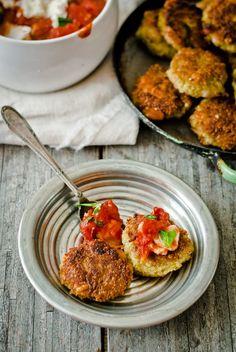 Quinoa placičky s brokolicí a fazolemi s rajčatovo-mozzarelovým dipem