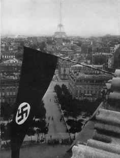 Die siegreiche Hakenkreuzfahne weht vom Triumphbogen in Paris.