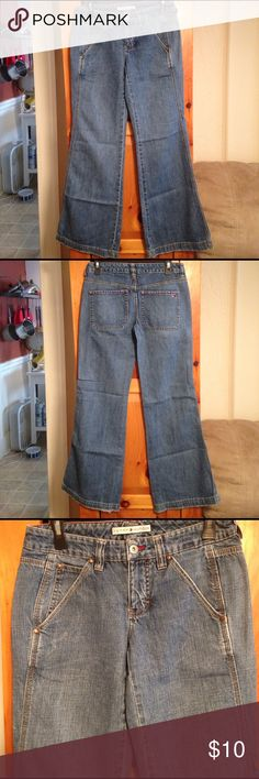 """TOMMY HILFIGER WIDE LEG FLARE JEANS Women's 2 L31 Excellent condition pre-owned wide leg flare jeans by TOMMY HILFIGER. Size women's 2. Inseam: 31.5"""". Rise: 8"""". Waist: 15"""" across lying flat. Material: 100% cotton. Tommy Hilfiger Jeans Flare & Wide Leg"""