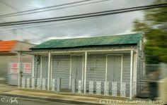 Humilde casa hecha de madera y zing, Esta se cree q tiene mas de 100 años de construida,Ubicada en el Casco urbano de el pueblo de Fajardo,Puerto Rico. by. spitz