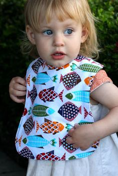 Climbing the Willow: free baby bib pattern Perfect size and shape! Love this pattern, especially for toddler age. Baby Sewing Projects, Sewing For Kids, Sewing Tutorials, Sewing Ideas, Baby Bib Tutorial, Bib Pattern, Free Pattern, Baby Gifts To Make, Toddler Bibs