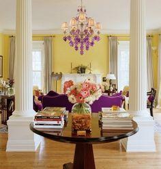 фиолетовый диван Цвет дивана в интерьере гостиной по этому плану может быть поддержан другими объектами. Чаще всего цвет дивана повторяют в шторах и в абажурах светильников. Реже — в коврах на полу. Есть и другие решения: цвет мягкой мебели может совпадать с цветом люстры, отделки потолка, постеров на стенах, рамой картин, напольных ваз и др. Однако нужно учитывать, что присутствие нескольких акцентов одного цвета уменьшает эффектность приема.