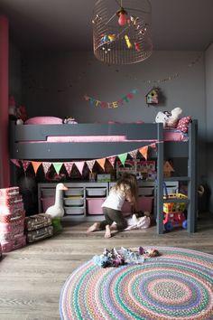 kinderzimmer-optimal-einrichten-mädchenzimmer-hochbett-mädchen-koffer-teppich-spielzeug-stauraum-aufbewahrung