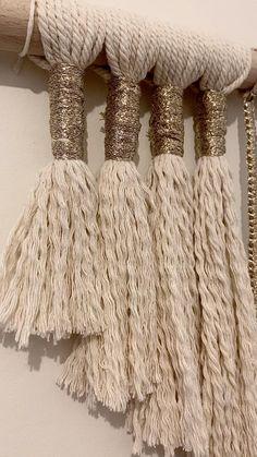 Macrame Design, Macrame Art, Macrame Projects, Diy Home Crafts, Diy Crafts To Sell, Decor Crafts, Diy Yarn Decor, Yarn Wall Art, Yarn Wall Hanging