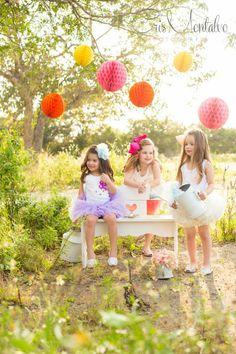 Edición #30 de Feztiva.com con fotografía de Cristina Montalvo, ropa y accesorios de Niñas Chokolate, maquillaje y peinado de El Salón Café y decoración de LLuvia de Rosas