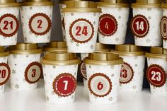 Adventskalender aus Coffee to go Bechern mit goldenem Deckel