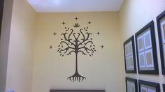 decoración de corte en vinil de arbol de Gondor para decorar espacio de una pared
