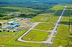 """"""" Johan Adolf Pengel International Airport """"  Deze luchthaven is officieel hernoemd naar de Surinaamse staatsman Johan Adolf Pengel (1916 - 1970), maar in de volksmond wordt nog altijd de oude naam 'Zanderij' gebruikt.  De luchthaven ligt bij het dorp Zanderij, ongeveer 45 kilometer ten zuiden van Paramaribo.   De luchthaven beschikt thans over één landingsbaan van 3,5 kilometer en verwerkt circa 150.000 passagiers per jaar, voornamelijk van trans-Atlantische vluchten van de KLM en SLM…"""