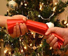 #Decoración de #navidad tradicional en Inglaterra. Se trata de un recipiente donde poner regalos, que una vez envuelto, dos personas deben tirar de cada uno de los lados, y al romperse, quien tenga el trozo más grande se queda el regalo.