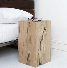 Massief blok als bed side table