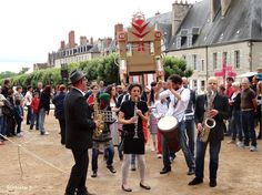 Des rues animées, des spectacles gratuits, des animations colorées, c'est encore un coup du festival Les Z'accros d'ma Rue à #Nevers
