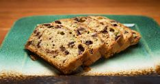 Préparez-vous cette délicieuse recette de pain aux courgettes et chocolat noir de e notre chef et expert foodlavie Hugo Saint-Jacques,tirée de son émission Hugo Express.L'essayer, c'est l'adopter! Just Desserts, Scones, Banana Bread, Zucchini, Biscuits, Muffins, Sweets, Baking, Healthy