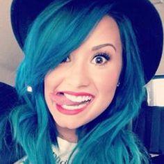 Demi Lovato está estupenda con su pelo azul tan llamativo y que tanto contrasta con su sombrero negro. Es una idea genial para un cambio de estilo muuuy original.