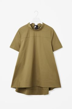 This top is made from crisp cotton-mix poplin with a grosgrain tie fastening on the back of the neckline. Flaring towards the hem, it has a folded-over neckline, neat short sleeves and a subtly graduated curved hem. Love Fashion, Korean Fashion, Fashion Looks, Hijab Fashion, Fashion Dresses, Cos Tops, Cut Sweatshirts, Modest Wear, Sister Shirts