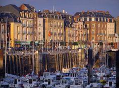 Dieppe : Maisons de la ville, quai et port avec ses bateaux